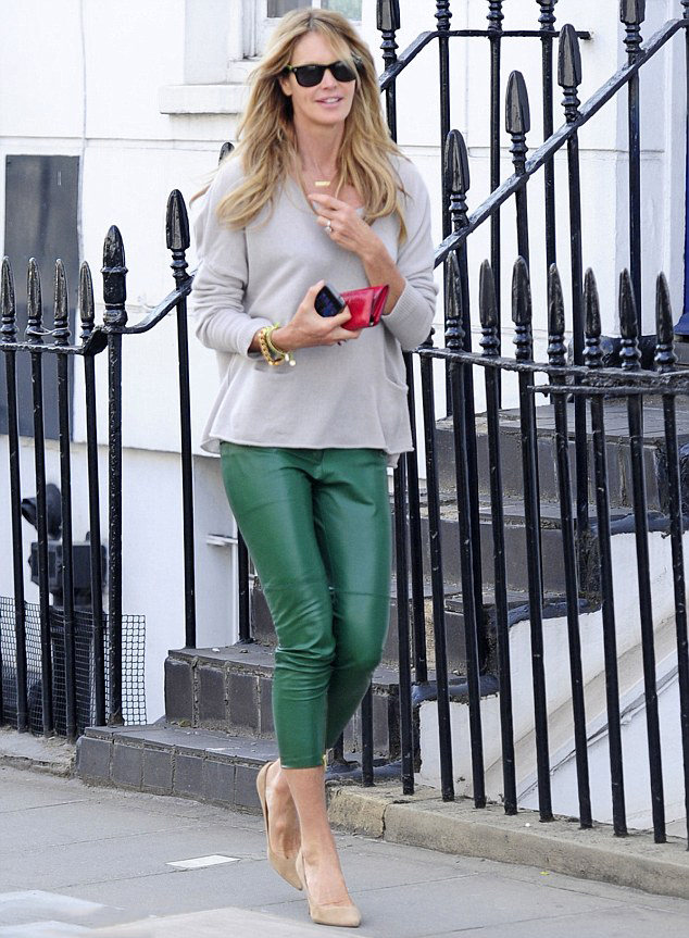 la-modella-mafia-model-off-duty-street-style-2013-Elle-Macpherson-in-green-leather-capri-trousers-with-an-oversize-sweater-and-nude-pumps-1