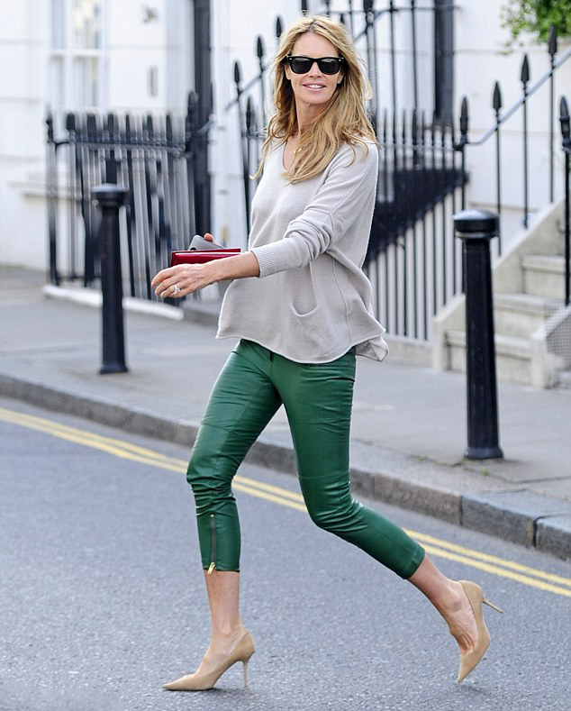la-modella-mafia-model-off-duty-street-style-2013-Elle-Macpherson-in-green-leather-capri-trousers-with-an-oversize-sweater-and-nude-pumps-2