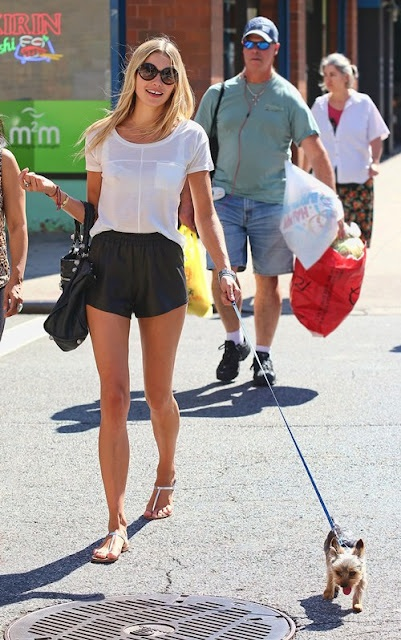 la-modella-mafia-Model-Off-Duty-Street-Style-Jessica-Hart-in-leather-shorts-a-white-tee-and-Balenciaga-bagwww.lamodellamafia.com