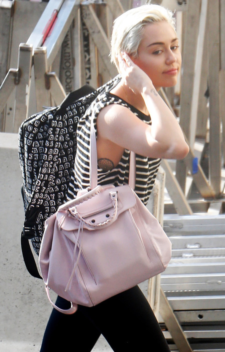 miley-cyrus-pink-handbag-backpack-trend-no-makeup-blonde-hair-bangerz-world-tour