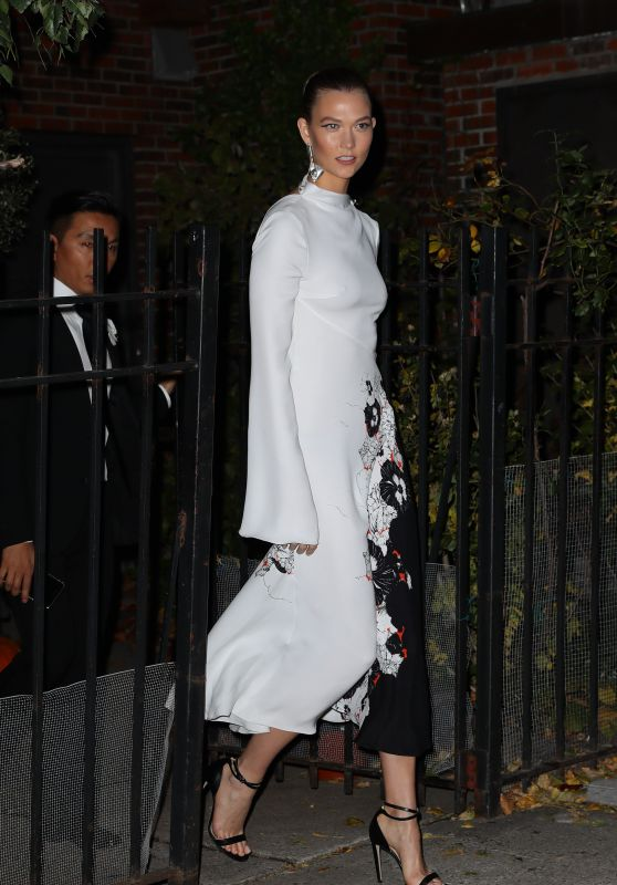 karlie-kloss-leaves-home-to-event-black-and-white-gown-in-nyc-11-7-2016-1_thumbnail