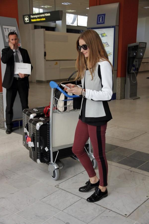 olivia-palermo-look-de-aeropuerto-llegando-a-cannes-2013-mirando-el-movil-en-la-terminal